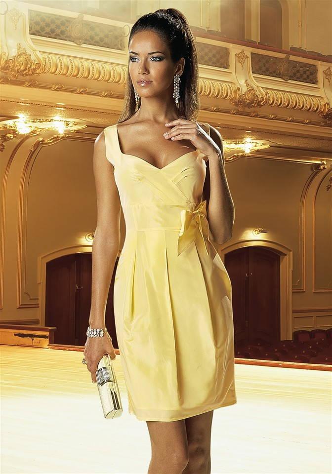 Один из вариантов нарядного платья, который замечательно подойдет для похода в театр