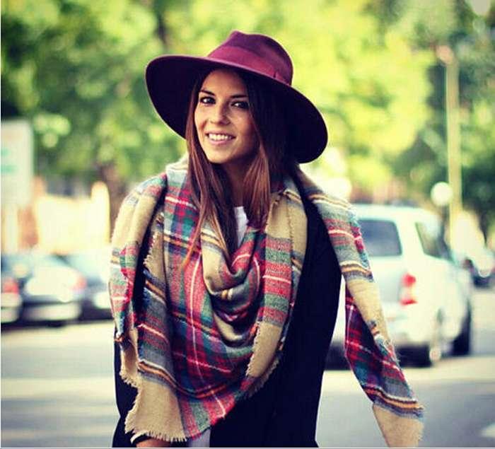 девушка в шляпе и с платком на шее