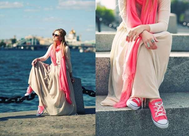 длинное платье с розовыми кедами
