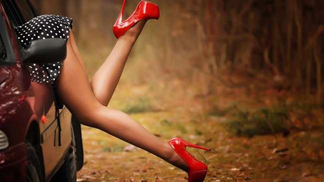 девушка на каблуках и автомобиль