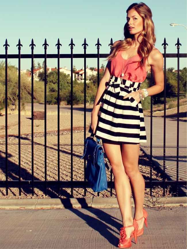 с чем носить черно белую юбку