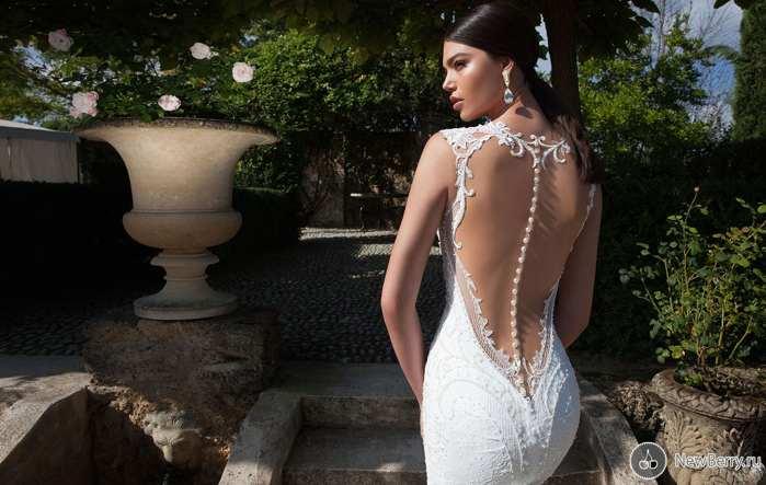 Модное платье с большим вырезом на спине