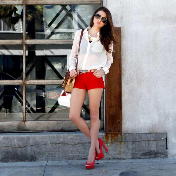 С чем носить босоножки красного цвета