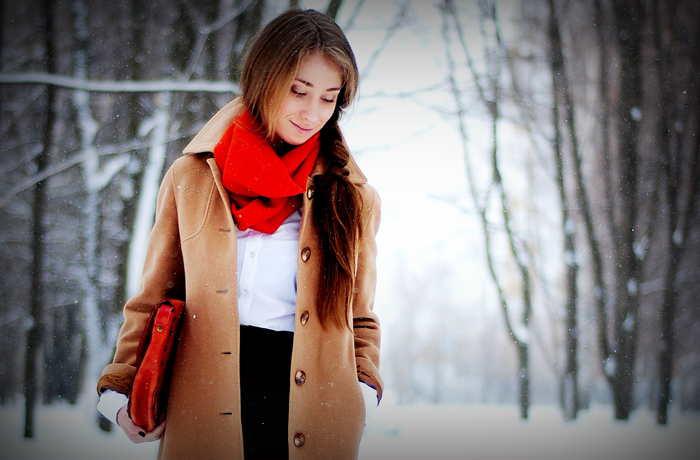 Шарф и коричневое пальто