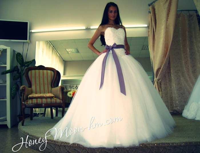 Свадебное платье с фиолетовым поясом